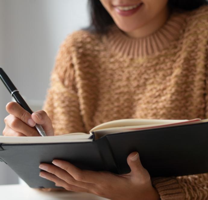 Dziewczyna pisząca wzeszycie